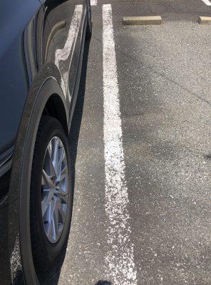 車幅が大きいので駐車スペース占有する(正面から見て右)